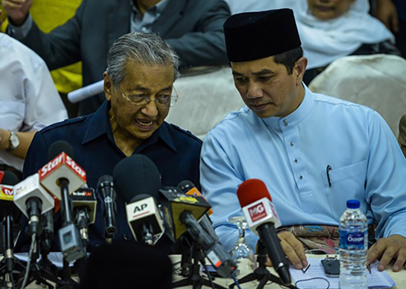 Image result for IMAGES OF AZMIN ALI AND MAHATHIR, MUJAHID
